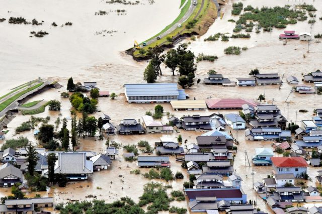 台風19号により堤防が決壊し、氾濫した千曲川(長野県長野市穂保)