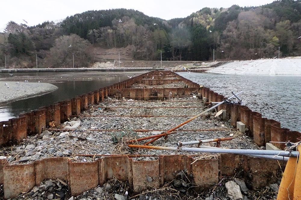 東日本大震災に耐え残った構造物