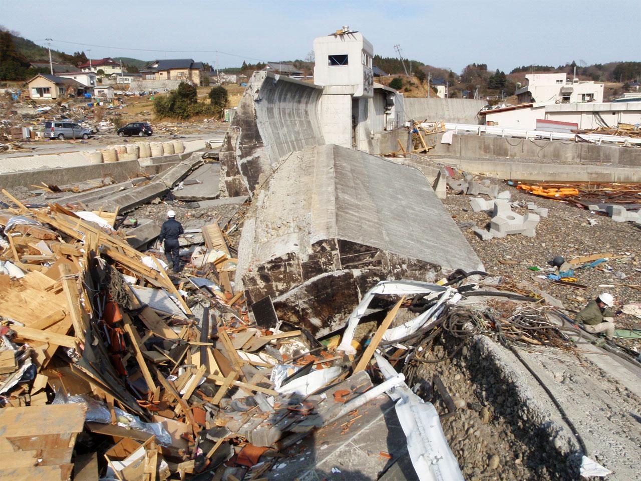 引き波で倒壊したコンクリート製の防潮堤
