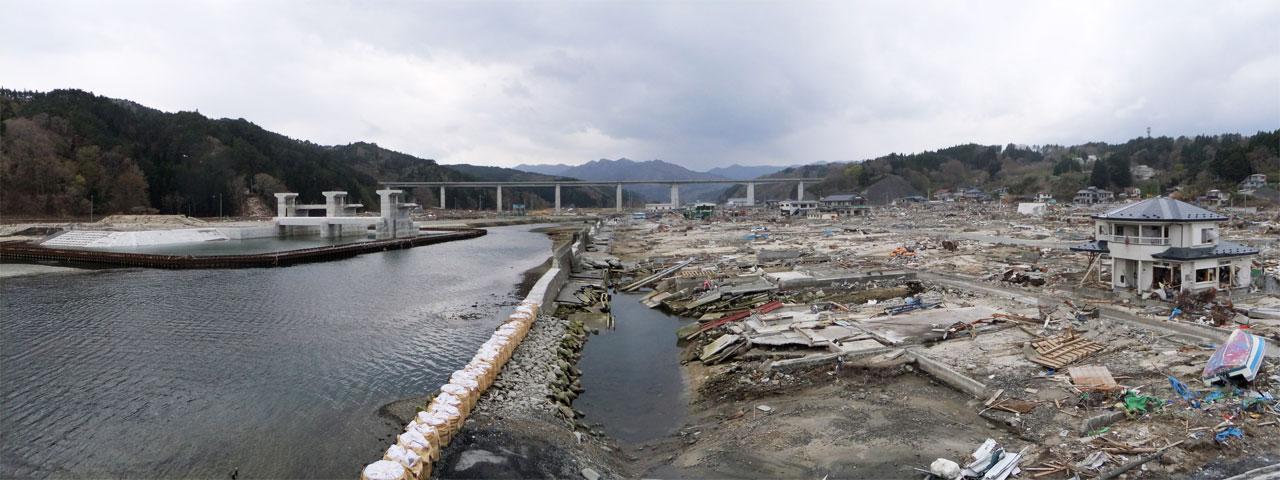 無事だった建設中の防潮水門と、壊滅的に被災した織笠地区