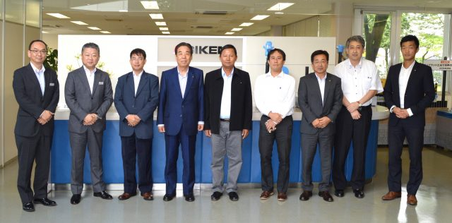 当社高知本社を表敬訪問されたミャンマー建設省道路局の担当者(左から3人目と5人目)