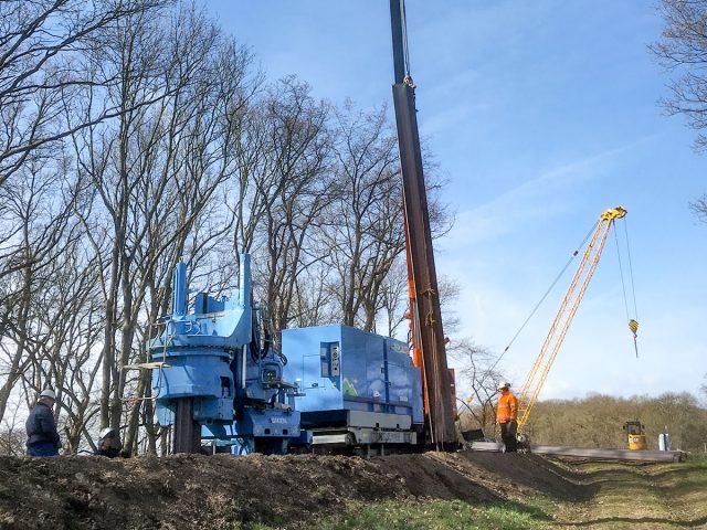 GRBシステム施工により脆弱な盛土堤防の堤体に3000枚のU形鋼矢板を圧入