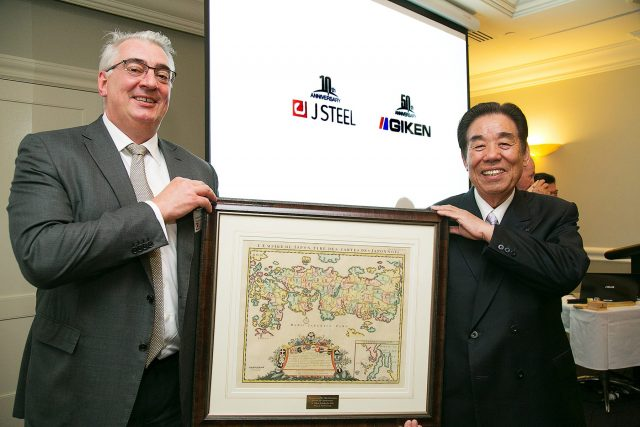 J Steel社取締役社長 Anthony John Bertrams氏(左)と当社の代表取締役社長 北村精男(右)